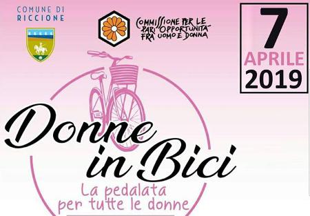 Donne in bici. Il 7 aprile torna l'appuntamento con la pedalata rosa