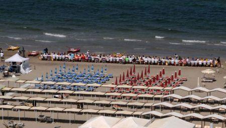 I bagnini di Riccione a pranzo sulla spiaggia di Riccione serviti dai concorrenti di MasterChef