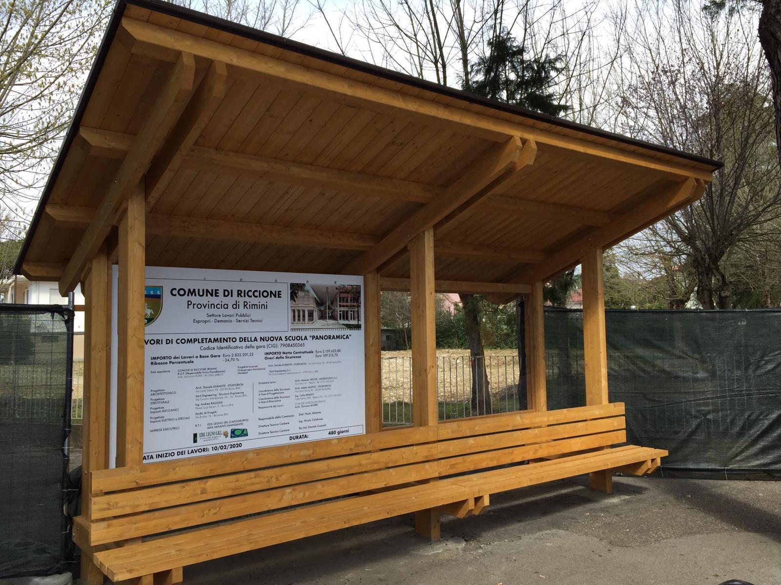 Panchina in legno alla scuola Panoramica