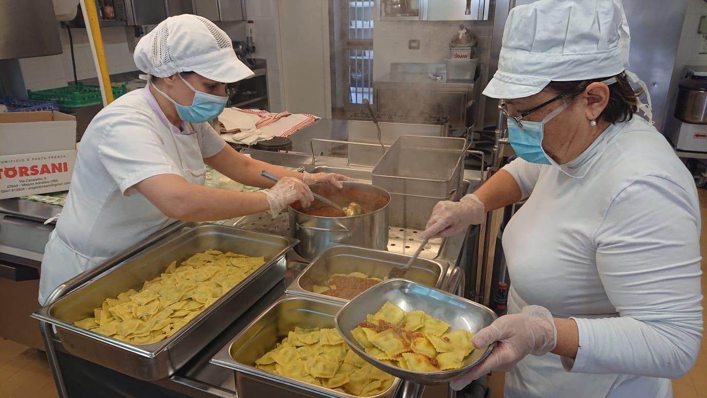 Preparazione dei pasti per gli operatori sanitari dell'ospedale Ceccarini