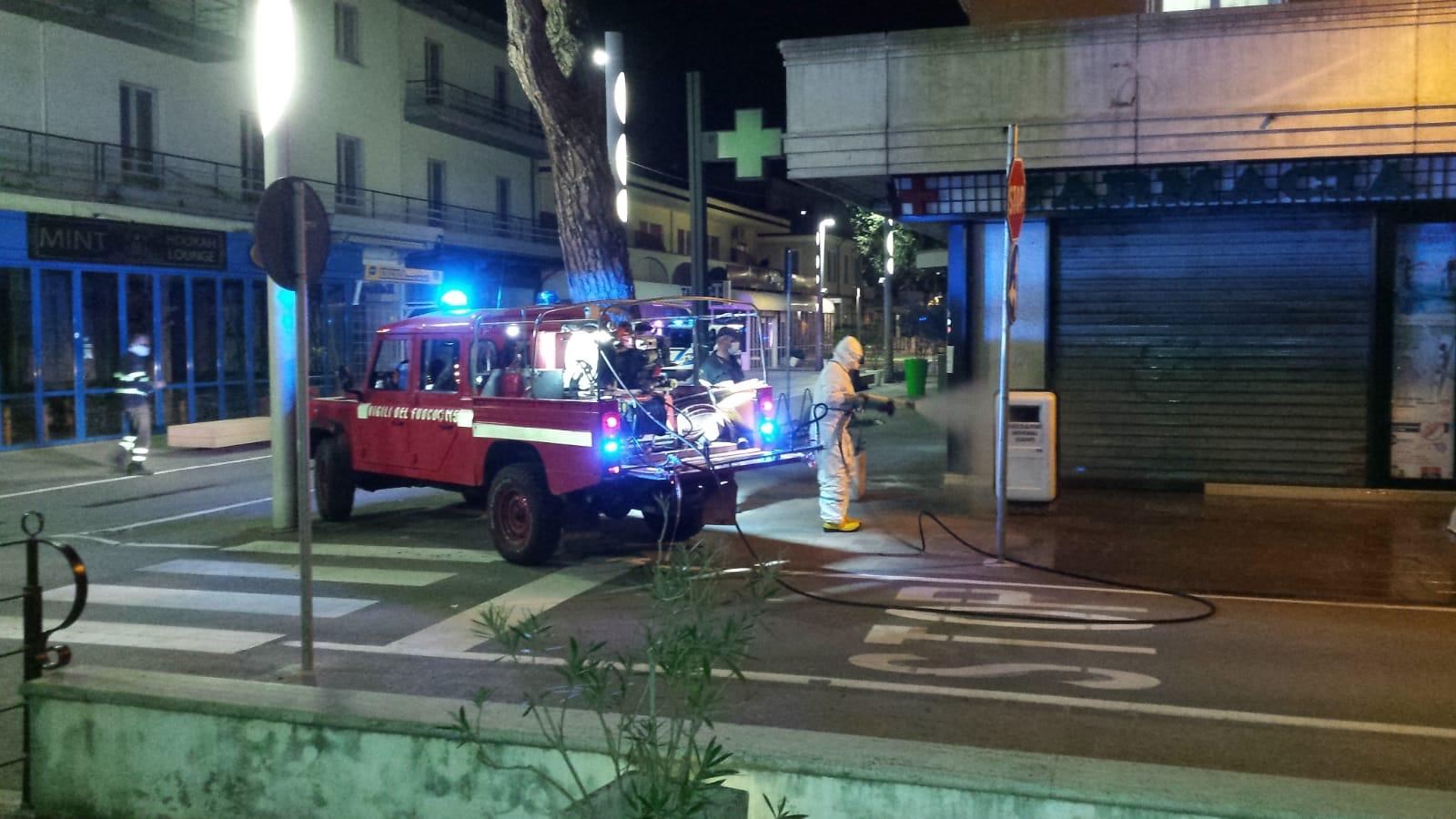 Vigili del Fuoco sanificano le strade di Riccione