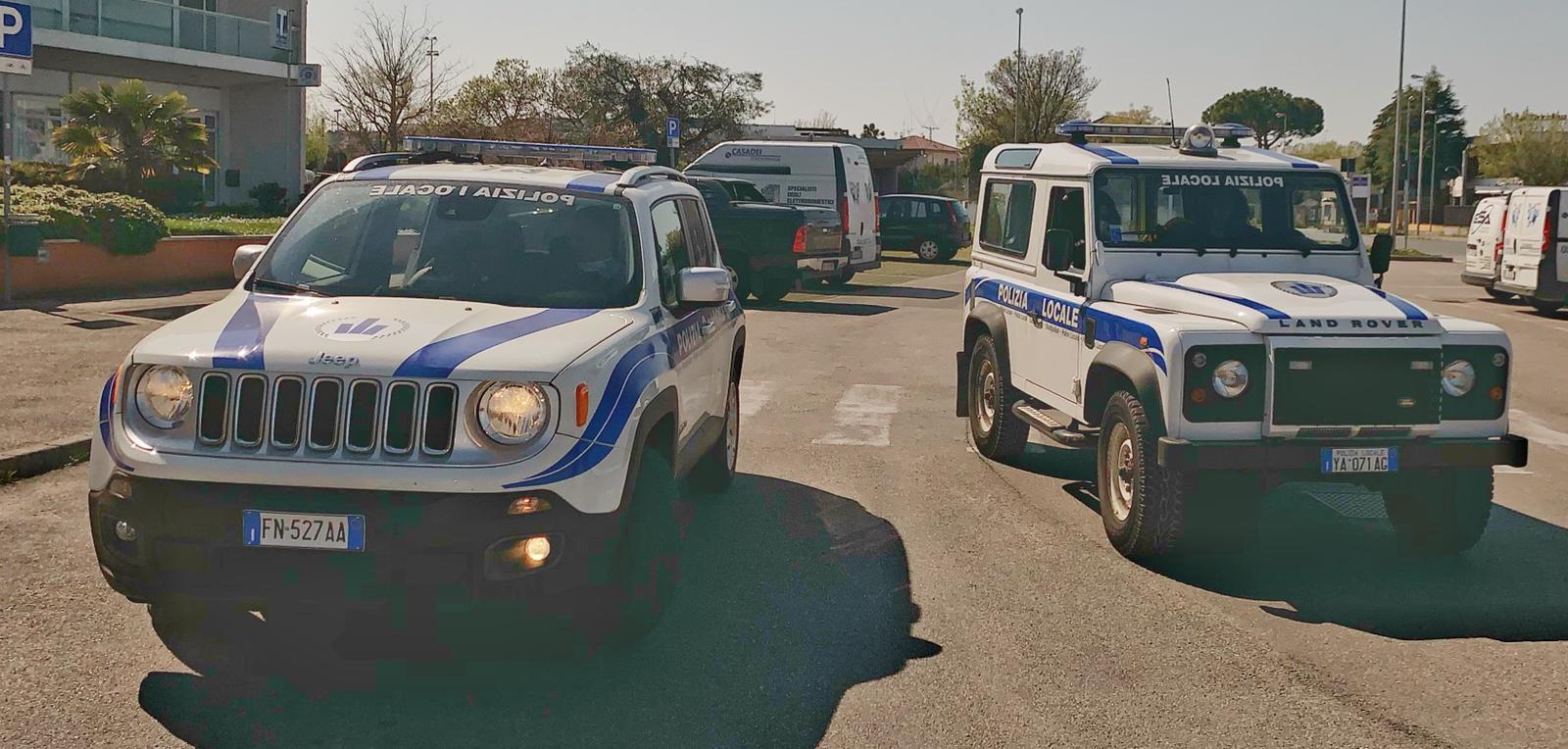 Auto della polizia locale in servizio di pattugliamento