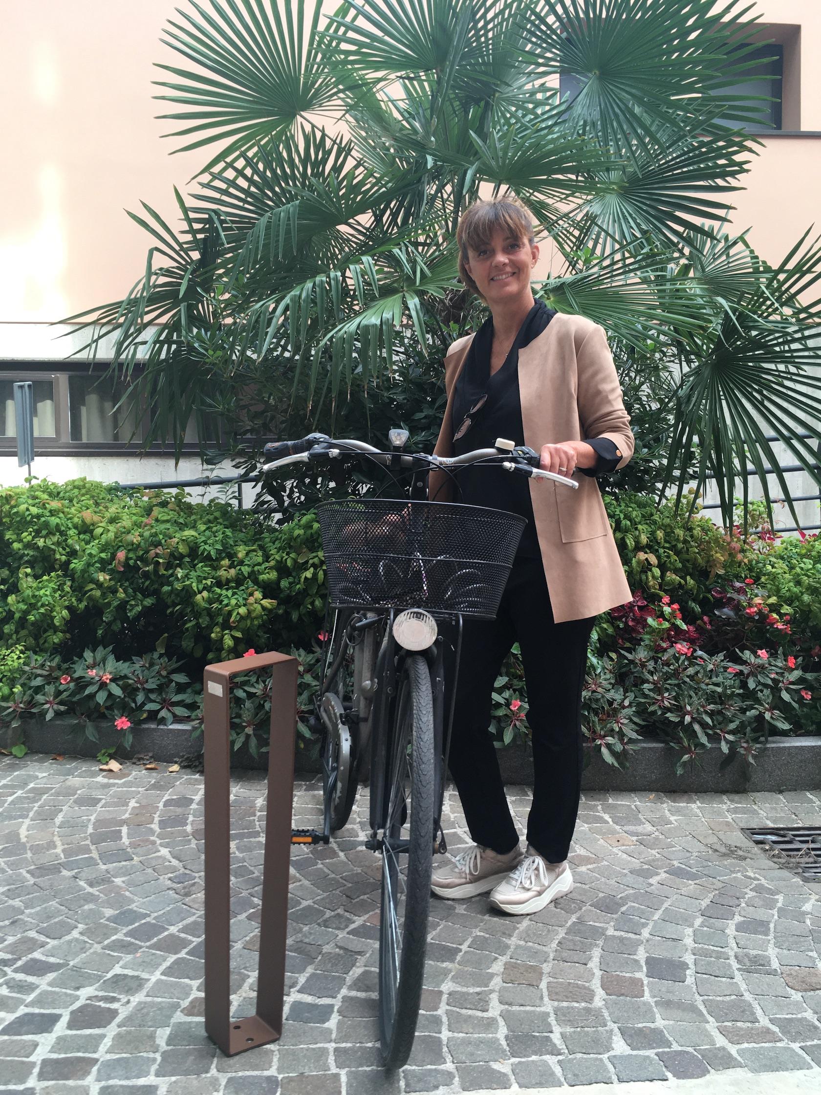 L'assessore Ermeti mostra i nuovi stalli per le bici