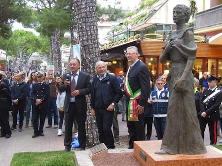 o scultore Leonardo Lucchi sovrintende al montaggio della statua in viale ceccarini; foto 2: l'inaugurazione della statua, avvenuta l'11 ottobre 2012